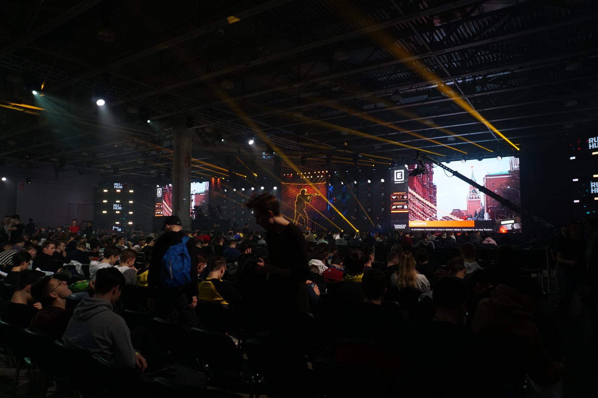 Вид из средних рядов в зале