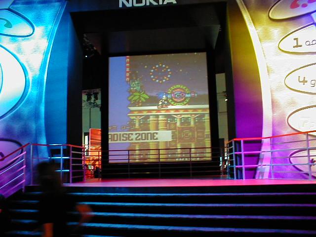 При этом, на одной из сцен был установлен гигантский муляж N-Gage...