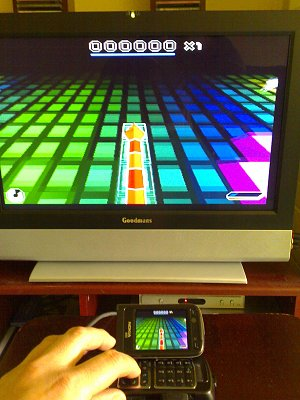 Nokia N93 отлично подходит для игр, благодаря своему уникальному поворотно-откидному экрану и удобному расположению кнопок, да и изображение на телевизор выводить можно. Запущена Snakes Subsonic.