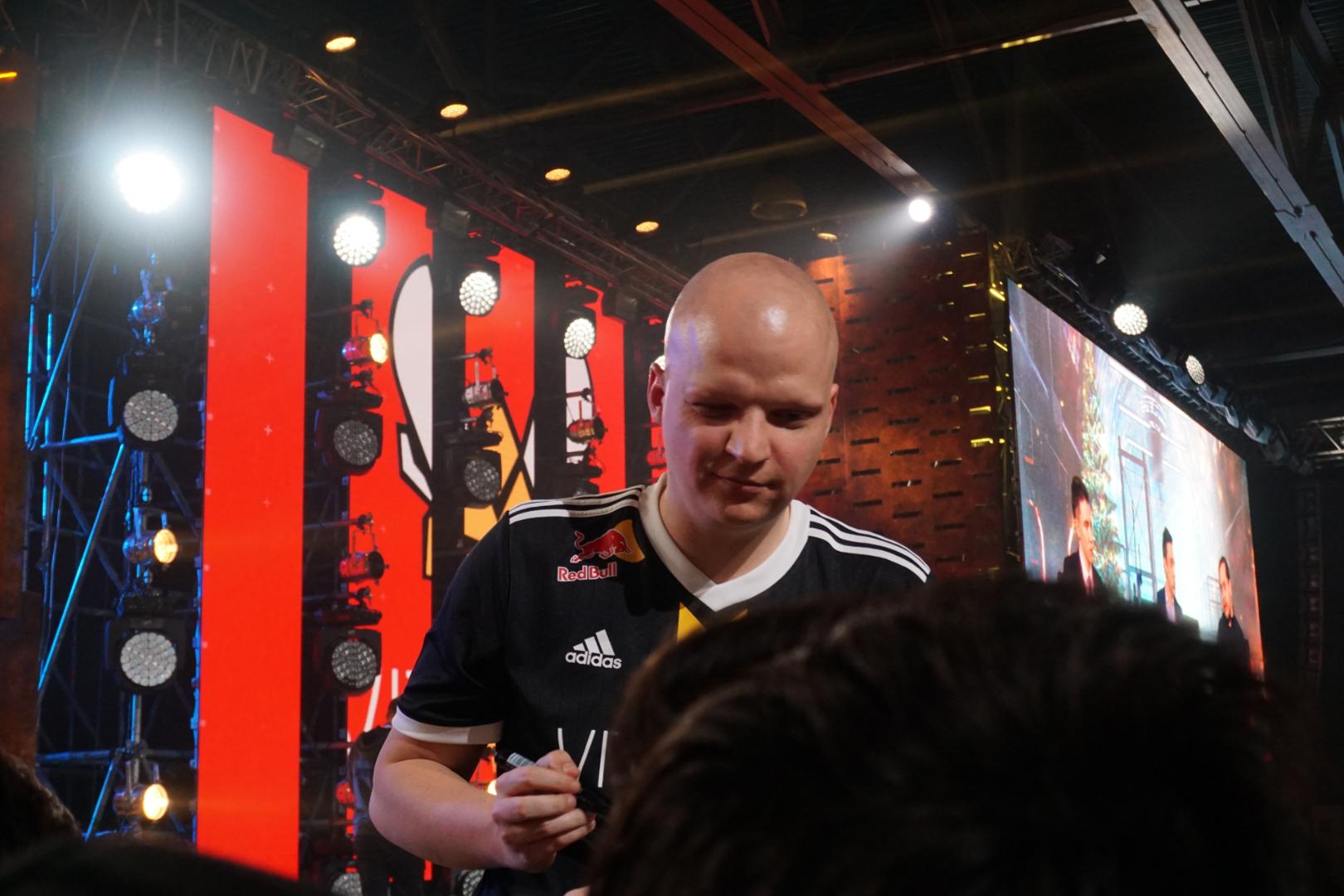 Тренер команды Vitality, Реми Конем, раздаёт автографы